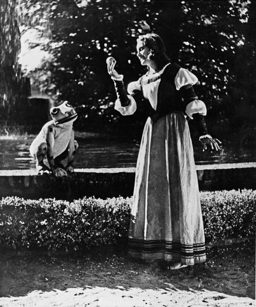 Der Froschkönig (1940): Prinzessin Ilse (Helga Wasmer) bekommt ihre Kugel zurück / Quelle: SDK