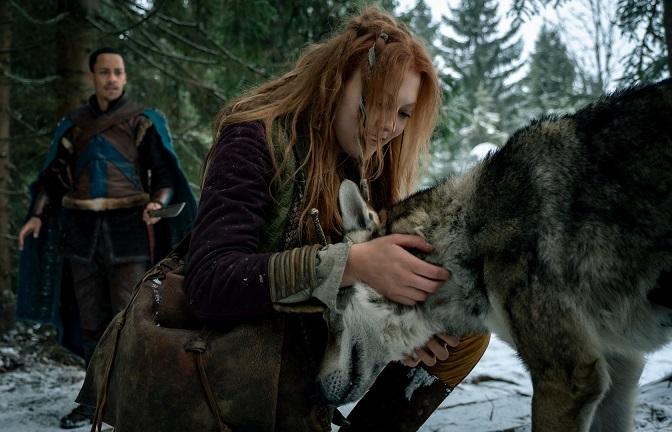 Bester Freund: Der zutrauliche Wolf lässt sich von der Prinzessin (Charlotte Krause) kraulen / © ZDF/Conny Klein