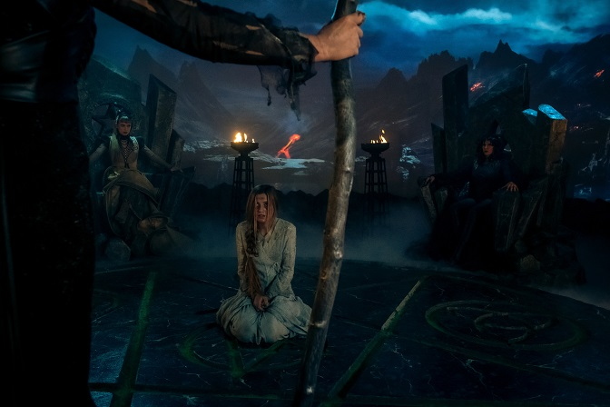 Hübsche Opfergabe: Die Hexen halten Prinzessin Amalindis (Zoë Pastelle Holthuizen) gefangen / © ZDF/Conny Klein