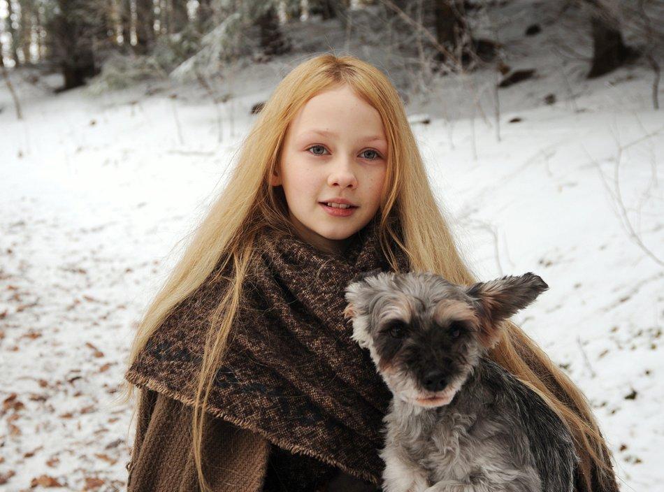 Beste Freunde: Herr Flix hilft Mina (Meira Durand), den Hof des Königs zu finden / © SWR/Markus Fenchel