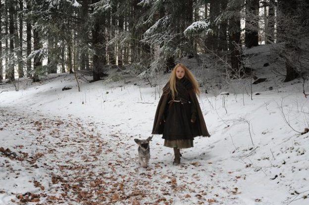 Winterszenerie: Mina (Meira Durand) und Herr Flix sind auf dem Weg zum König / © SWR/Markus Fenchel