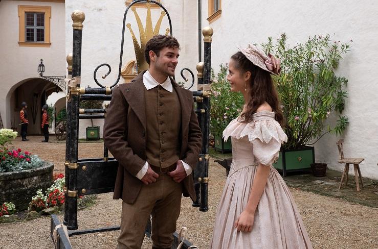 """Originelle Bildkomposition: Hans (Lucas Reiber) hat für Sarah (Bianca Nawrath) ein Eisenbett geschmiedet. Kameramann Michael Boxrucker inszeniert die 'bekrönte' Titelfigur als """"König der Herzen"""" / © BR/Michael Boxrucker"""