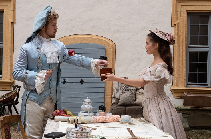 Misslungener Antrag: Egbert (Simon Jensen) möchte Sarah (Bianca Nawrath) gern heiraten / © BR/Michael Boxrucker