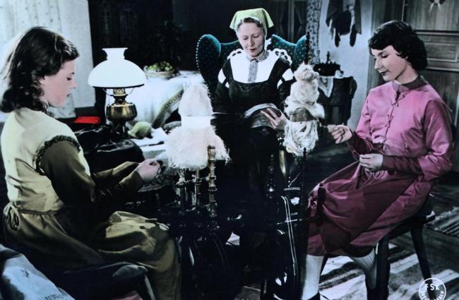 Schneeweißchen und Rosenrot (1955): Die Witwe mit ihren beiden Töchtern bei der Hausarbeit / © Studiocanal