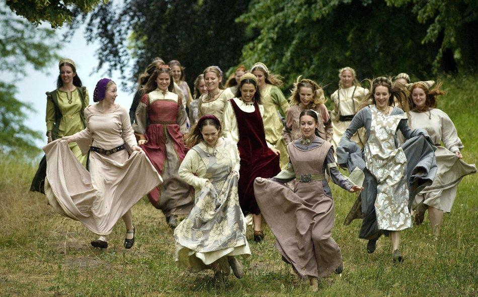 Jorinde und Joringel (2011): Die Mädchen sind endlich wieder entzaubert und laufen ins Dorf / © rbb/Arnim Thomaß