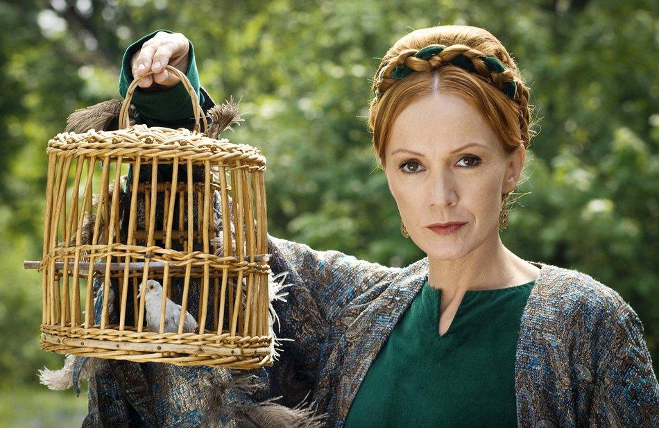 Jorinde und Joringel (2011): Die Zauberin (Katja Flint) hat Jorinde in eine Nachtigall verwandelt / © rbb/Arnim Thomaß