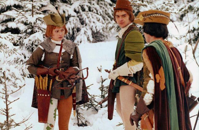 Drei Haselnüsse für Aschenbrödel (ČSSR/DDR): Die Titelfigur (Libuše Šafránková) im feschen Jägerkostüm / © MDR