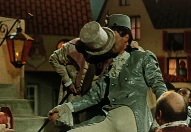 Ein uraltes Märchen (UdSSR): Ein Saufkumpan knutscht den Soldaten (Oleg Dal, r.) zärtlich / Screenshot: Icestorm