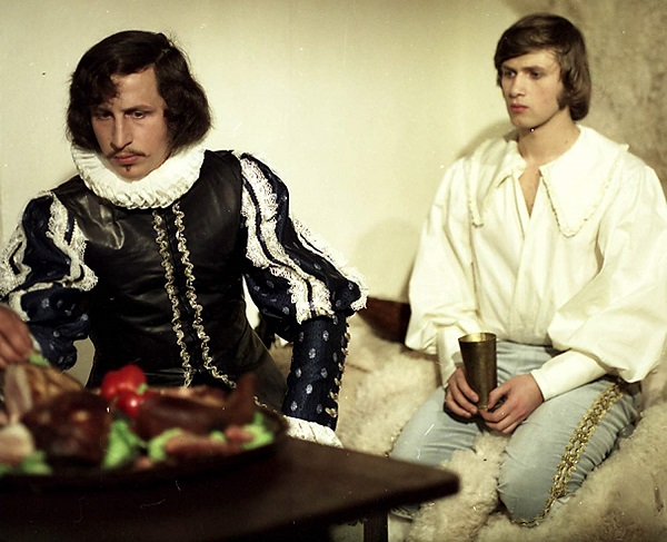 Wie man Prinzessinnen weckt (ČSSR): Prinz Jaroslav (Jan Hrušinský, r.) mit seinem Bruder Georg (Jan Kraus) / © Barrandov-Filmstudio