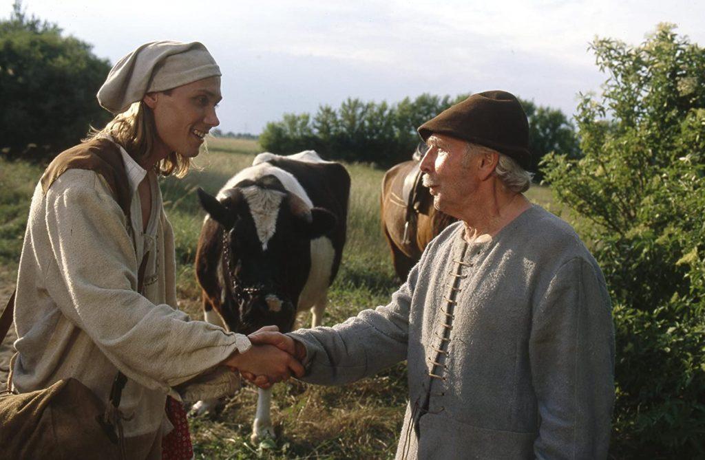 Hans im Glück (1998): Die Titelfigur (Andreas Bieber) beim Tausch mit Knecht Paul (Fred Delmare) / © EuroVideo