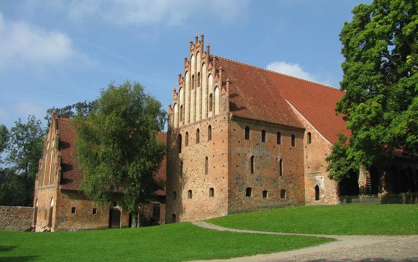 Kloster Chorin: Im Wirtschaftshof entstehen Szenen, die im Waisenhaus spielen / © Waltraud Seitz/pixelio.de