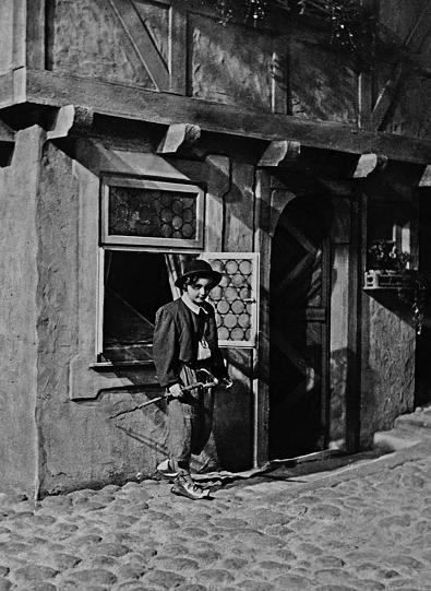 Der kleine Muck (1944): Die Titelfigur (Willy Puhlmann) mit Stock, Charme und Melone / Quelle: Stiftung Deutsche Kinemathek (SDK)