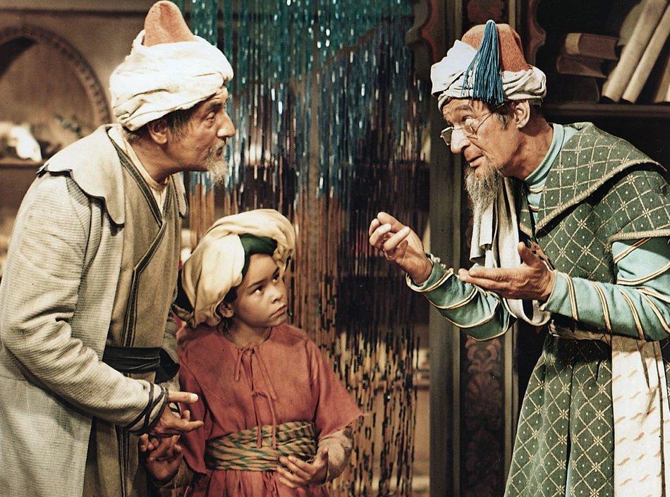 Die Geschichte vom kleinen Muck (1953): Mucks Vater (Wilhelm Otto Eckhardt, l.) bringt seinen Sohn (Thomas Schmidt) zu einem Schulmeister (Wolf Beneckendorff) / Quelle: MDR