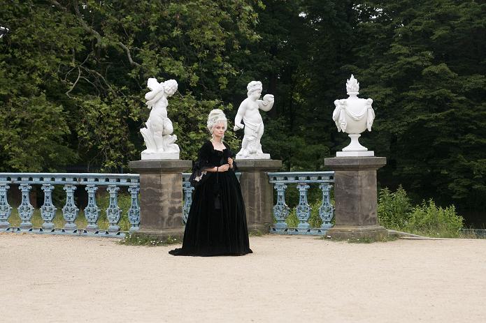 Hofschneiderin: Das Schwarz verweist auf ihren bösen Charakter (Catherine Flemming) / © WDR/Frank Schirrmeister